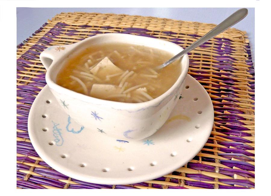 sopa de verduras ecológicas con miso fideos y tofu